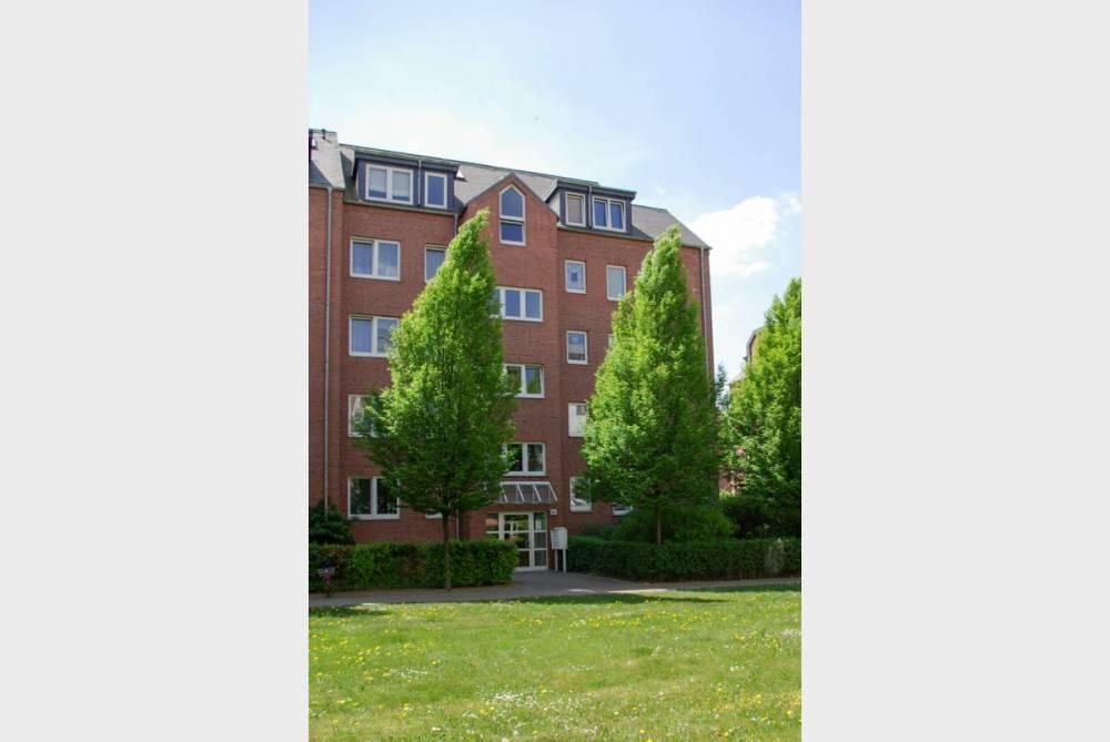 Wohnung mit Parkett und Balkon zum grünen Innenhof