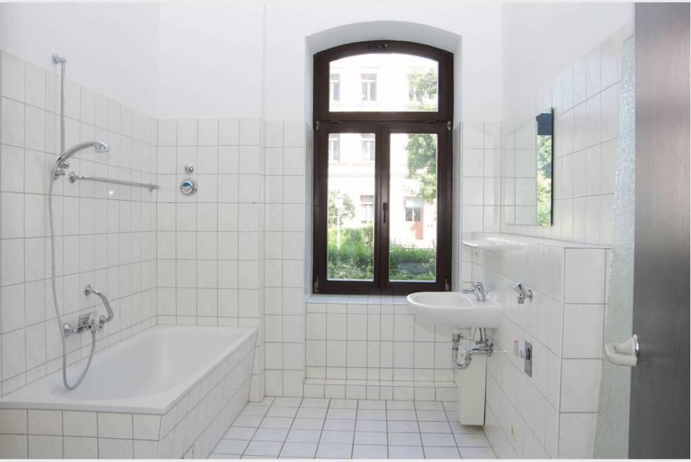 Bad mit Wanne und Fenster